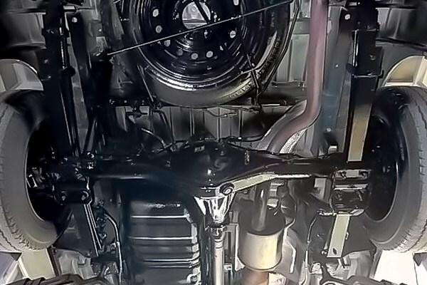 車輌下回り黒塗り作業後